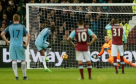 Yaya Toure (dua kiri) mencetak gol ke gawang West Ham dari eksekusi penalti. (Reuters/John Sibley)