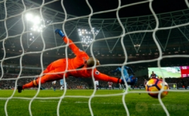 Yaya Toure mencetak gol ke gawang West Ham dari eksekusi penalti. (Reuters/Eddie Keogh)
