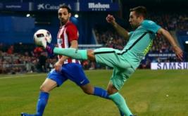 JuanFran Torres (kiri) mengawal Jordi Alba saat mengontrol bola. (REUTERS/Juan Medina)
