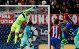 Diego Godin (kanan) menyundul bola ke arah gawang Barcelona. (REUTERS/Juan Medina)