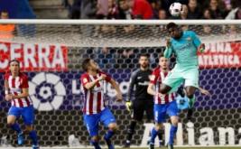 """Samuel Umtiti (kanan) menyundul bola saat dikawal Jorge """"Koke"""". (REUTERS/Juan Medina)"""