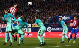 Diego Godin (kiri atas) menyundul bola ke arah gawang Barcelona. (REUTERS/Juan Medina)