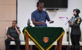 Wasit Oki Dwi Putra menandatangani janji wasit usai pengambilan sumpah di Makostrad, Jakarta, Kamis (2/2/2017). Sebanyak 20 wasit dan 20 asisten wasit untuk ajang Piala Presiden 2017 melakukan pengambilan sumpah dan penandatangan janji wasit.
