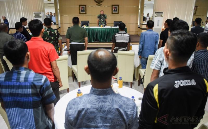 Ketua Umum PSSI Letjen TNI Edy Rahmayadi (tengah) menyaksikan pengambilan sumpah wasit di Makostrad, Jakarta, Kamis (2/2/2017). Sebanyak 20 wasit dan 20 asisten wasit untuk ajang Piala Presiden 2017 melakukan pengambilan sumpah dan penandatangan janji wasit.