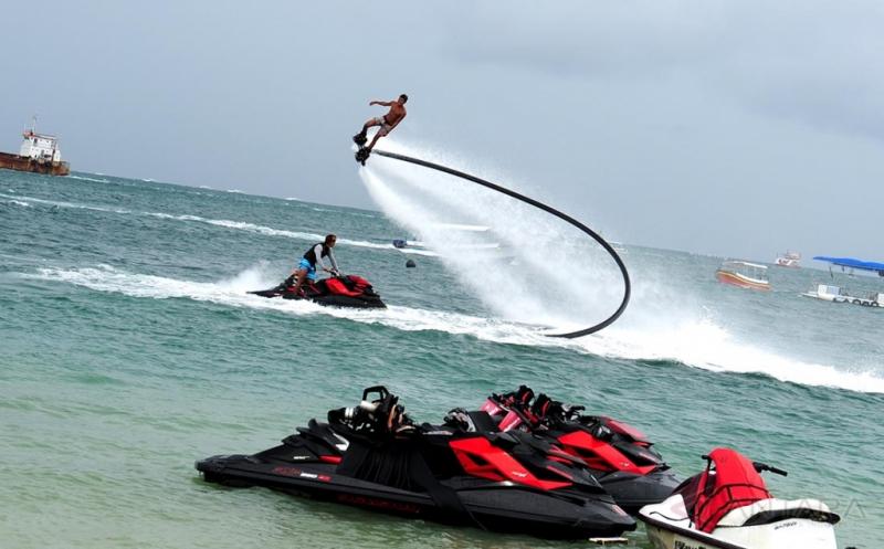 Menikmati Permainan Flyboard di Tanjung Benoa Bali