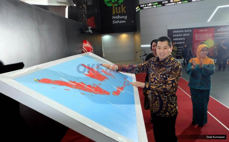 Pemasangan Giant Puzzle Peta Cabang MNC Securities di Indonesia