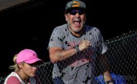 Mantan Pesepakbola Legendaris Argentina, Diego Armando Maradona bersama kekasihnya Rocio Oliva saat menyaksikan turnamen tenis Piala Davis di Stadion Parque Sarmiento, Buenos Aires, Argentina, Jumat (3/2/2017) waktu setempat. Rocio Oliva merupakan pacar Maradona yang usianya 20 tahun lebih muda dari Maradona. (REUTERS/Marcos Brindicci)