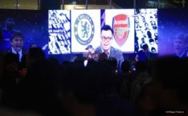 Band pendukung menghibur para suporter Arsenal dan Chelsea pada acara nonton bareng di One Bell Park, Jakarta, Sabtu (4/2/2017). Nonton bareng yang diselenggarakan MNC TV ini dihadiri ratusan pendukung Arsenal dan Chelsea.