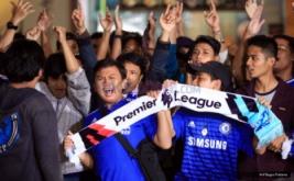 """Ratusan suporter hadir pada acara nonton bareng """"Arsenal Vs Chelsea"""" di One Bell Park, Jakarta, Sabtu (4/2/2017). Masing-masing pendukung beradu yel-yel untuk mendukung tim yang dijagokan."""