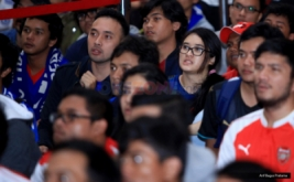 Sejumlah suporter tampak serius menyaksikan jalannya pertandingan antara Arsenal Vs Chelsea, pada acara nonton bareng di One Bell Park, Jakarta, Sabtu (4/2/2017). Nonton bareng yang diselenggarakan MNC TV ini dihadiri ratusan pendukung Arsenal dan Chelsea.