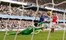 Eden Hazard mencetak gol ke gawang Arsenal. (Reuters/John Sibley)