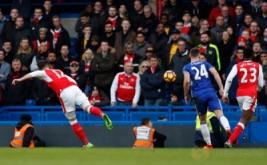 Olivier Giroud mencetak gol ke gawang Chelsea. (Reuters/John Sibley)