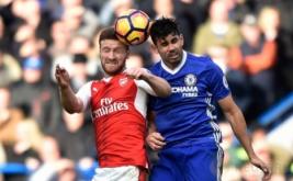 Shkodran Mustafi (kiri) berebut bola dengan Diego Costa. (Reuters/Hannah McKay)