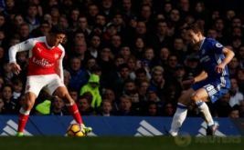 Mesut Ozil (kiri) mengontrol bola saat dikawal Cesar Azpilicueta. (Reuters/John Sibley)