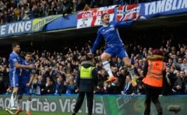 Marcos Alonso selebrasi usai mencetak gol ke gawang Arsenal. (Reuters/Hannah McKay)
