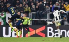 Juan Cuadrado mencetak gol ke gawang Inter Milan lewat tendangan keras jarak jauh. (REUTERS/Giorgio Perottino)