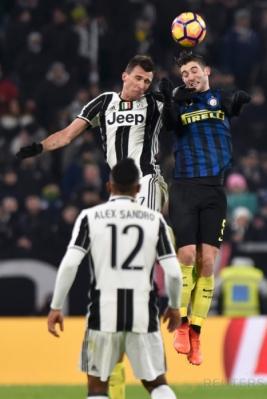 Mario Mandzukic (kiri) berebut bola di udara dengan Felipe Melo. (REUTERS/Giorgio Perottino)