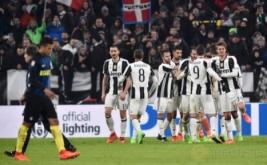 Para pemain Juventus merayakan gol yang dicetak Juan Cuadrado. (REUTERS/Giorgio Perottino)