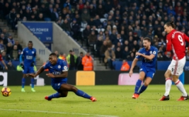 Zlatan Ibrahimovic (kanan) mencetak gol ke gawang Leicester City pada lanjutan Liga Inggris 2016-2017 di King Power Stadium, Senin (6/2/2017) dini hari WIB. (Reuters/Carl Recine)