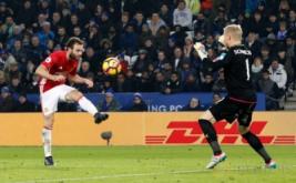 Kiper Leicester City Kasper Schmeichel (kanan) melakukan penyelamatan gawangnya dari tendangan Juan Mata. (Reuters/Darren Staples)