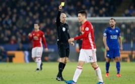 Wasit Anthony Taylor memberikan kartu kuning kepada Ander Herrera pada lanjutan Liga Inggris 2016-2017 di King Power Stadium, Senin (6/2/2017) dini hari WIB. (Reuters/Carl Recine)