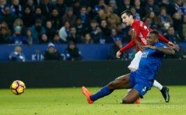 Henrikh Mkhitaryan (atas) mencetak gol ke gawang Leicester City pada lanjutan Liga Inggris 2016-2017 di King Power Stadium, Senin (6/2/2017) dini hari WIB. (Reuters/Carl Recine)