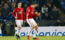 Zlatan Ibrahimovic (kanan) selebrasi usai mencetak gol ke gawang Leicester City pada lanjutan Liga Inggris 2016-2017 di King Power Stadium, Senin (6/2/2017) dini hari WIB. (Reuters/Darren Staples)