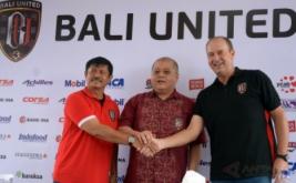 Manajer Bali United, Yabes Tanuri (tengah) berjabat tangan dengan mantan pelatih Bali United, Indra Sjafri (kiri) dan pelatih baru Bali United, Hans Peter Schaller saat pisah sambut di Kuta, Bali, Senin (6/2/2017). Pelatih asal Austria tersebut resmi menggantikan Indra Sjafri yang telah ditunjuk sebagai pelatih Tim Nasional Indonesia U-19.