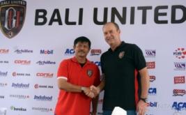 Mantan pelatih Bali United, Indra Sjafri (kiri) berjabat tangan dengan pelatih baru Bali United, Hans Peter Schaller saat pisah sambut di Kuta, Bali, Senin (6/2/2017). Pelatih asal Austria tersebut resmi menggantikan Indra Sjafri yang telah ditunjuk sebagai pelatih Tim Nasional Indonesia U-19.