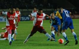 Pesepakbola PSM Makassar Wasyiat Hasbullah (tengah) berebut bola dengan pesepakbola Persib Bandung Sergio van Dijk (kedua kanan) dan Shohei Matsunaga (kanan) pada laga Grup C Piala Presiden 2017 di Stadion Si Jalak Harupat Soreang, Kabupaten Bandung, Jawa Barat, Senin (6/2/2017). Persib Bandung berhasil mengalahkan PSM Makassar dengan skor akhir 1-0 lewat gol Vujovic di menit 59.