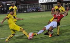 Pesepakbola Bali United Ahn Byung Keon (kanan depan) berebut bola dengan pesepakbola Sriwijaya FC Yu Hyunkoo (kiri) dan Firdaus Ramadhan (kanan belakang) dalam pertandingan Grup IV Piala Presiden 2017 di Stadion I Wayan Dipta, Gianyar, Bali, Selasa (7/2/2017). Pertandingan berakhir imbang dengan skor 2-2.