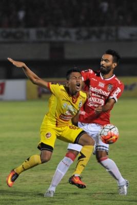 Pesepakbola Bali United Marcos Abel Flores Benard (kanan) berebut bola dengan pesepakbola Sriwijaya FC Slamet Budiyono dalam pertandingan Grup IV Piala Presiden 2017 di Stadion I Wayan Dipta, Gianyar, Bali, Selasa (7/2/2017). Pertandingan berakhir imbang dengan skor 2-2.