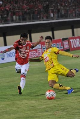 Pesepakbola Sriwijaya FC Zalnando (kanan) berebut bola dengan pesepakbola Bali United Samsul Muhidin Pelu dalam pertandingan Grup IV Piala Presiden 2017 di Stadion I Wayan Dipta, Gianyar, Bali, Selasa (7/2/2017). Pertandingan berakhir imbang dengan skor 2-2.