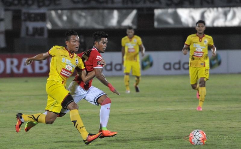 Pesepakbola Sriwijaya FC Slamet Budiyono (kiri) berebut bola dengan pesepakbola Bali United Samsul Muhidin Pelu (kedua kiri) dalam pertandingan Grup IV Piala Presiden 2017 di Stadion I Wayan Dipta, Gianyar, Bali, Selasa (7/2/2017). Pertandingan berakhir imbang dengan skor 2-2.