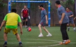 Presiden Joko Widodo (tengah) berusaha mengontrol bola saat bermain futsal di Lapangan Futsal Time, Kelapa Gading, Jakarta, Selasa (7/2/2017). Tim Kepresidenan, tim Pasukan Pengamanan Presiden, dan tim wartawan mengikuti pertandingan futsal yang diselenggarakan dalam rangka menyambut Hari Wartawan tersebut.