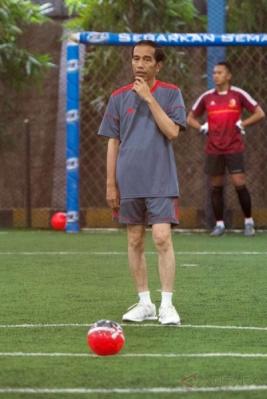 Presiden Joko Widodo bersiap menendang bola saat bermain futsal di Lapangan Futsal Time, Kelapa Gading, Jakarta, Selasa (7/2/2017). Tim Kepresidenan, tim Pasukan Pengamanan Presiden, dan tim wartawan mengikuti pertandingan futsal yang diselenggarakan dalam rangka menyambut Hari Wartawan tersebut.