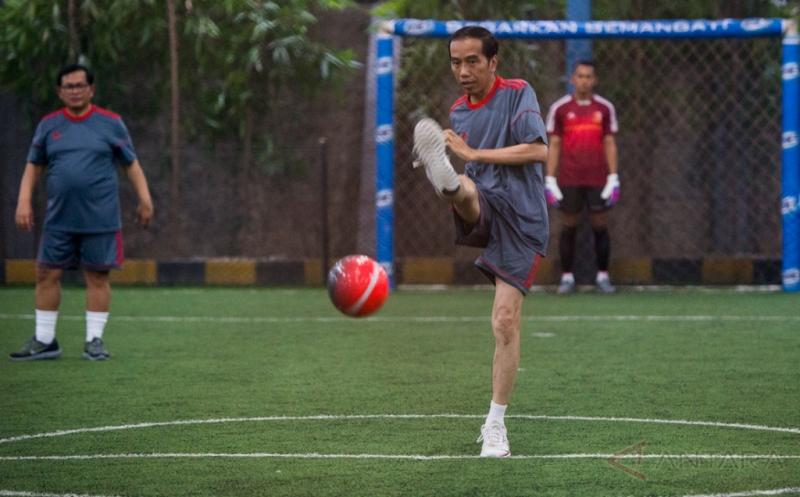 Presiden Joko Widodo menendang bola saat bermain futsal di Lapangan Futsal Time, Kelapa Gading, Jakarta, Selasa (7/2/2017). Tim Kepresidenan, tim Pasukan Pengamanan Presiden, dan tim wartawan mengikuti pertandingan futsal yang diselenggarakan dalam rangka menyambut Hari Wartawan tersebut.