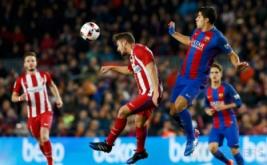 "Luis Suarez (kanan) berebut bola dengan Jorge ""Koke"". (REUTERS/Albert Gea)"