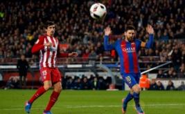 Lionel Messi (kanan) dan Stefan Savic pada leg kedua Semifinal Copa del Rey, Rabu (8/2/2017) dini hari WIB. (REUTERS/Albert Gea)