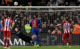 Kevin Gameiro (kanan) gagal mencetak gol ke gawang Barcelona dari tendangan penalti. (REUTERS/Albert Gea)