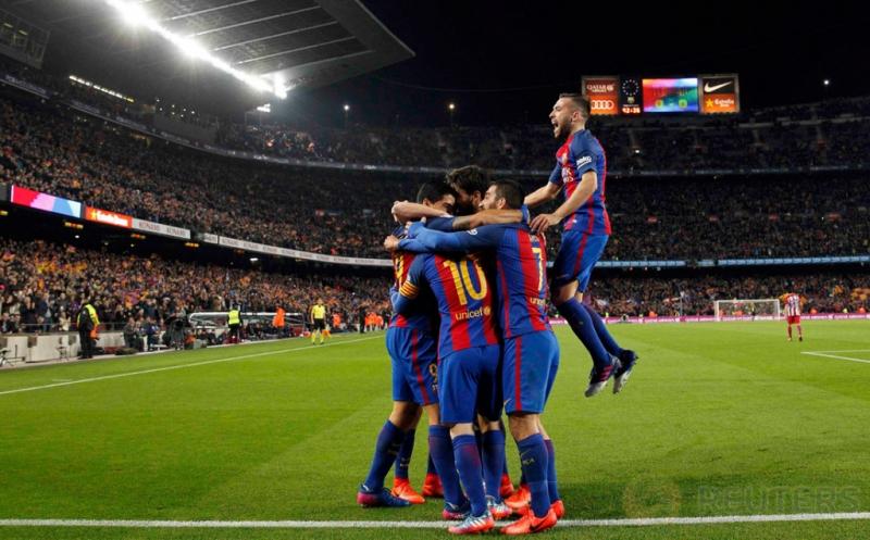 Pemain Barcelona merayakan gol yang dicetak Luis Suarez. (REUTERS/Albert Gea)