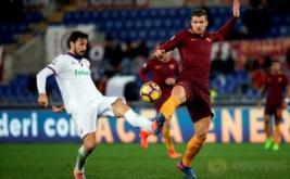 Edin Dzeko (kanan) berebut bola dengan Davide Astori. (REUTERS/Max Rossi)