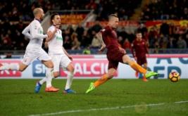 Radja Nainggolan (kanan) mencetak gol ke gawang Fiorentina. (REUTERS/Max Rossi)