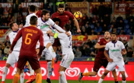 Federico Fazio (tengah atas) mencetak gol ke gawang Fiorentina. (REUTERS/Max Rossi)