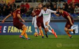Matias Vecino (dua kanan) dikawal tiga pemain AS Roma Kostas Manolas (kanan), Daniele De Rossi (dua kiri) dan Federico Fazio. (REUTERS/Max Rossi)