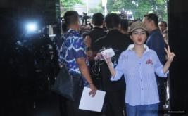 Tangan Diinfus, Jupe Senyum Lebar Saat Hadir di Polres Jaksel
