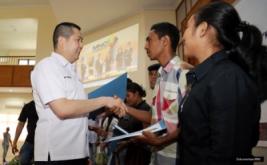 <p>  Sebanyak 10 mahasiswa STAKPN Ambon berprestasi menerima dana pendidikan MNC Group yang diberikan langsung Hary Tanoesoedibjo.<br />  </p>