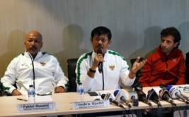 Pelatih Timnas Indonesia U-19 Indra Sjafrie (tengah) menjawab pertanyaan disaksikan Pelatih Timnas Luis Milla (kanan) dan Pelatih Timnas U-16 Fakhri Husaini (kiri) saat konferensi pers di Kantor PSSI, Jakarta, Kamis (9/2/2017). Dalam kesempatan itu mereka memaparkan program kerja untuk memajukan timnas Indonesia.