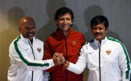 Pelatih Timnas Indonesia Luis Milla (tengah) berjabat tangan dengan Pelatih Timnas U-19 Indra Sjafrie (kanan) dan Pelatih Timnas U-16 Fakhri Husaini (kiri) di sela-sela konferensi pers di Kantor PSSI, Jakarta, Kamis (9/2/2017). Dalam kesempatan itu mereka memaparkan program kerja untuk memajukan timnas Indonesia.