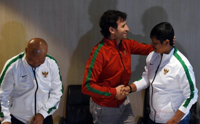 Pelatih Timnas Indonesia Luis Milla (tengah) berjabat tangan dengan Pelatih Timnas U-19 Indra Sjafrie (kanan) disaksikan Pelatih Timnas U-16 Fakhri Husaini (kiri) di sela-sela konferensi pers di Kantor PSSI, Jakarta, Kamis (9/2/2017). Dalam kesempatan itu mereka memaparkan program kerja untuk memajukan timnas Indonesia.